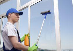 Med en teleskopstang kan du komme i gang med at vaske vinduer